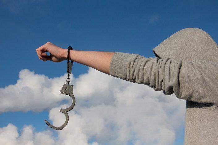 Близкий человек совершил аморальный поступок: Защитить или призвать к ответу?