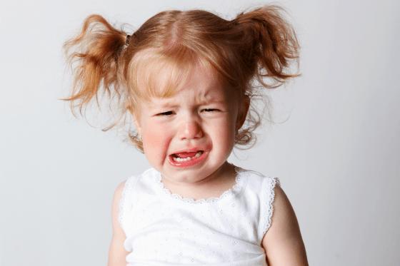 «Я буду есть только из красной тарелки!» Как отвечать на детские истерики?